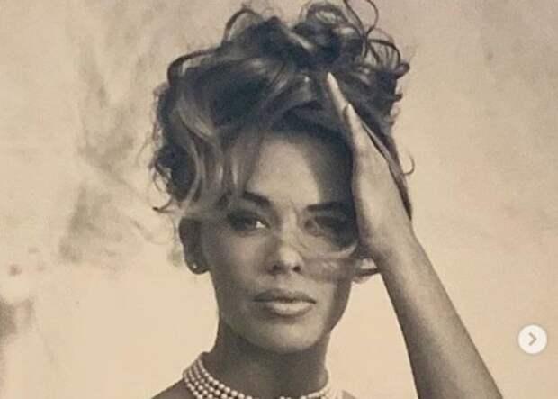 """Кайли Миноуг вышла в свет с асимметричным лицом и платье - """"металлической бомбе"""""""