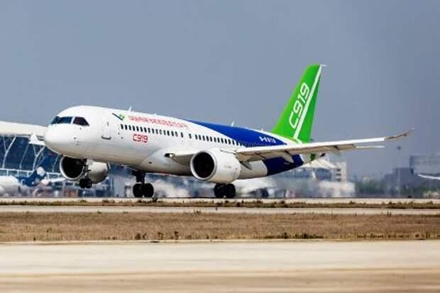 COMAC C919 в шанхайском аэропорту Пудун 5 мая 2017 года