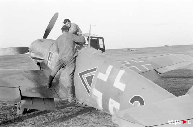 Истребитель Мессершмитт Bf.109 и командир третьей группы 52-ой истребительной эскадры Хубертус фон Бонин
