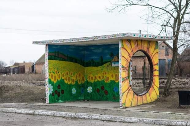 Дедушка в деревне раскрасил остановку