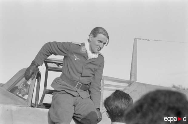 Хубертус фон Бонин, командир третьей группы 52-ой истребительной эскадры. Возвращение с полетного задания, где одержал 30-ую победу