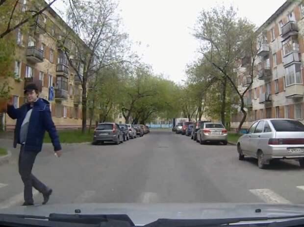 Как пешеходы благодарят водителей, уступивших им дорогу (ВИДЕО)