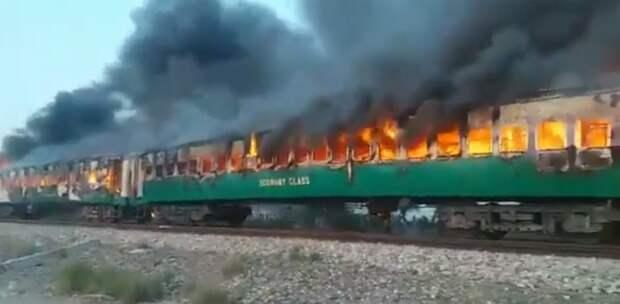 Число жертв пожара в пакистанском поезде превысило 60 человек