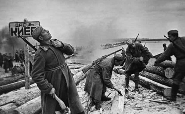 На фото: советские саперы наводят переправу через Днепр в ходе Киевской наступательной операции во время Великой Отечественной войны, ноябрь 1943 год.