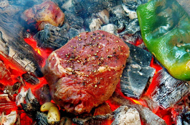 Бросили мясо прямо в угли: готовим вместо шашлыка
