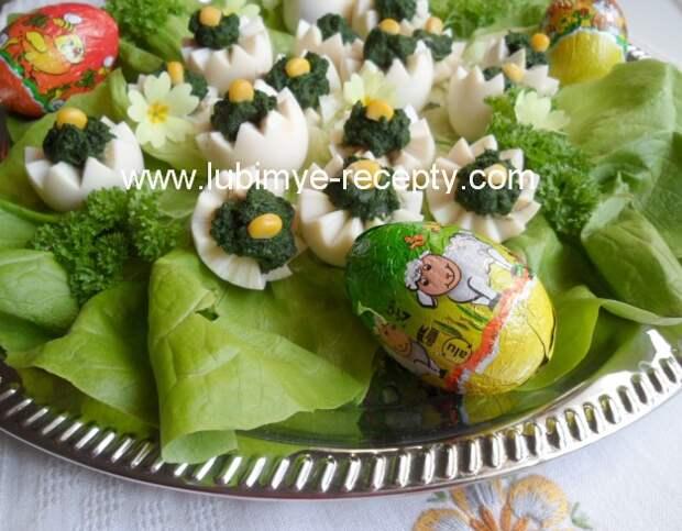 Пасхальные яйца со свежим шпинатом и кукурузой