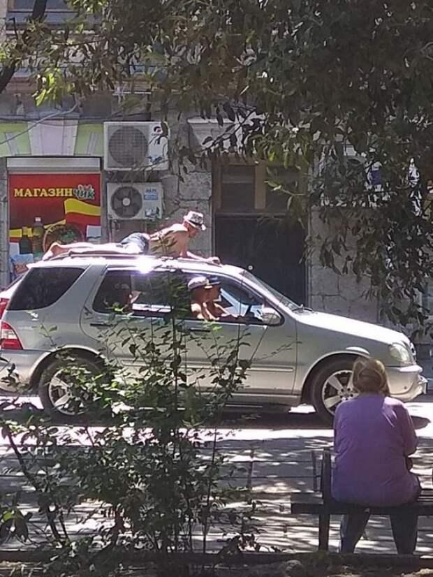 В Ялте туристы загорают на автомобилях (ФОТО)