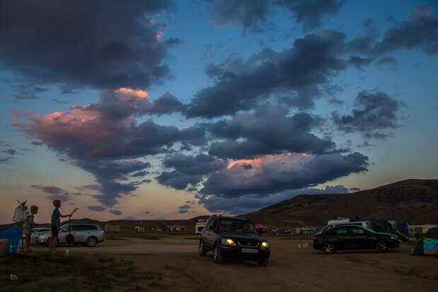 На фото: удивительные облака на закате над мысом Меганом.