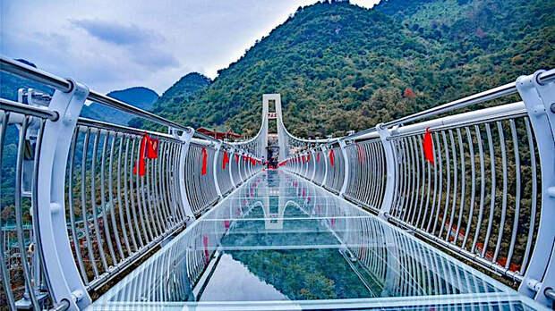 Турист застрял на 100-метровом стеклянном мосту из-за ураганного ветра: фото