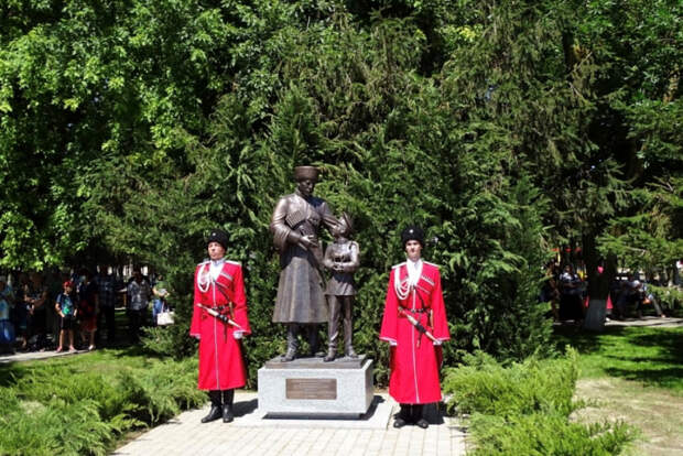 На Кубани открыли памятник «Преемственность поколений»
