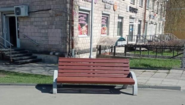 На остановке напротив ПетрГУ поставили скамейки и урны