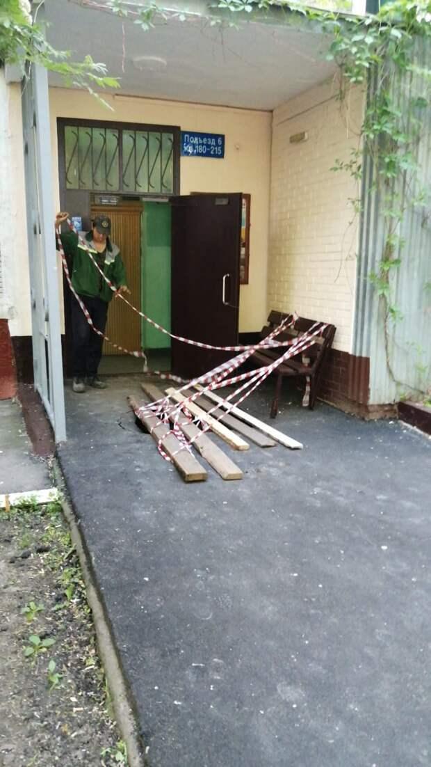 У многоэтажки в Юрловском проезде провалился грунт на входе в подъезд