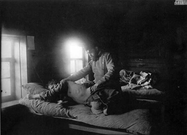 Доктор Решетилов осматривает больного сыпным тифом Кузьму Кашина в селе Накрусове. 1891-1892 гг. История в фотографиях, россия