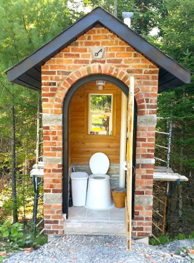 Капитальный туалет из кирпича. | Фото: Make-Self.