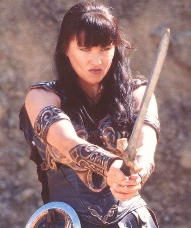 Люси Лоулесс, всем известная, как Зена - королева воинов.