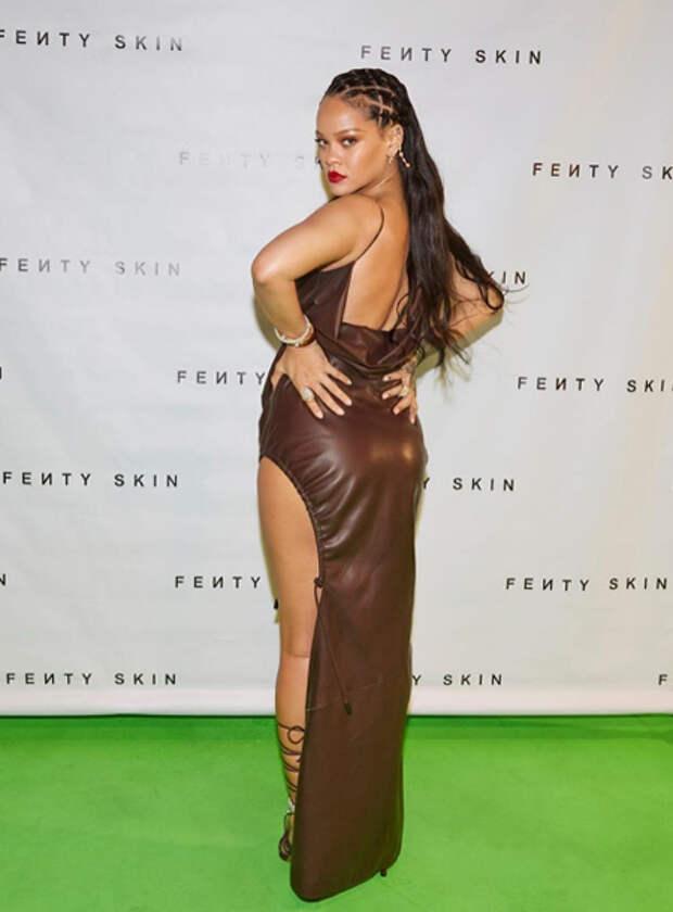 Соблазнительный наряд для виртуальной вечеринки: Рианна отпраздновала выход своей линии уходовой косметики