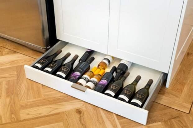 Прекрасный вариант разместить на кухне местечко для хранения любимых вин.