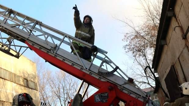 Пожар вспыхнул на крыше жилой пятиэтажки в Южно-Сахалинске