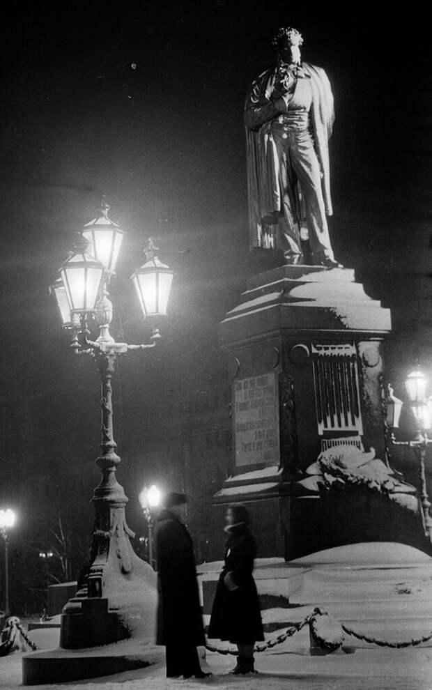 Влюбленные у памятника Пушкину, Москва, 1954 г | Фото:  Валентин Хухлаев