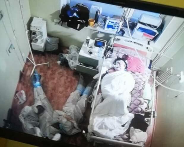 """""""Ребята, вы крутые!"""": В соцсетях стало вирусным фото медиков, дежурящих на полу """"красной зоны"""""""
