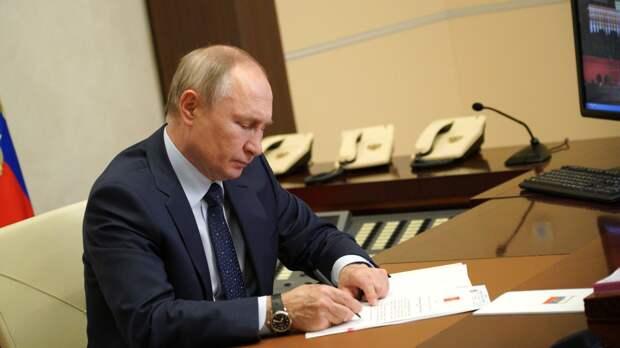 Президент РФ подписал закон о штрафах до 200 тыс. рублей за деанонимизацию силовиков