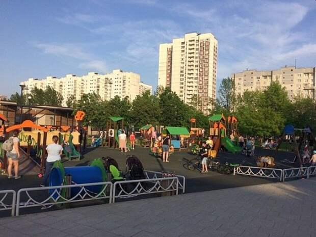 Тело мужчины нашли на детской площадке в Москве