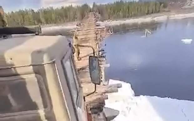 Очень страшное видео: КАМАЗ едет по старому узкому мосту