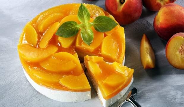 Торт без выпечки с персиками