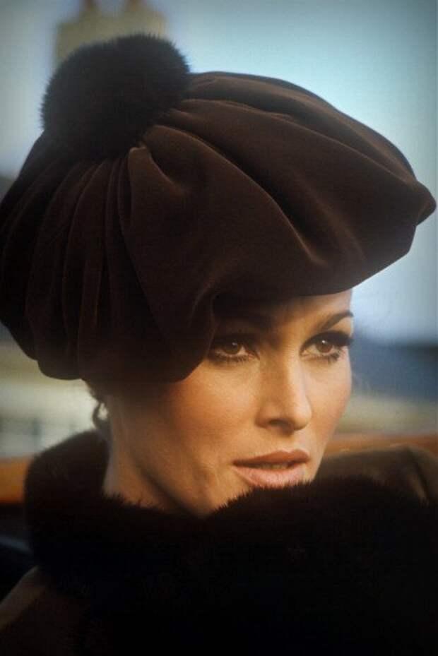 Секс-символ 1960-х Урсула Андресс в образе леди викторианской эпохи.