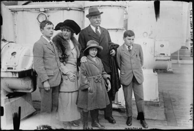Артур Конан Дойл с женой и детьми, 1923 год.