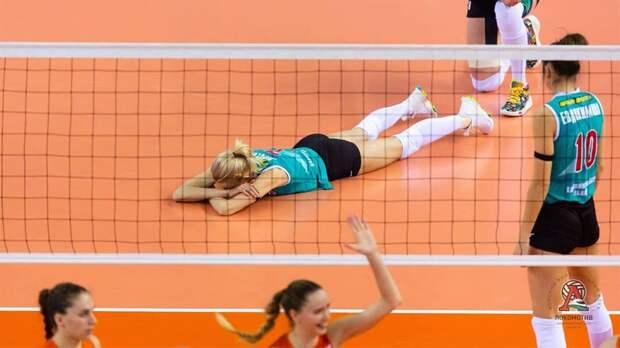 «Упасть — не страшно! Страшно — не подняться!» «Локомотив» выложил подборку фото с падениями волейболисток