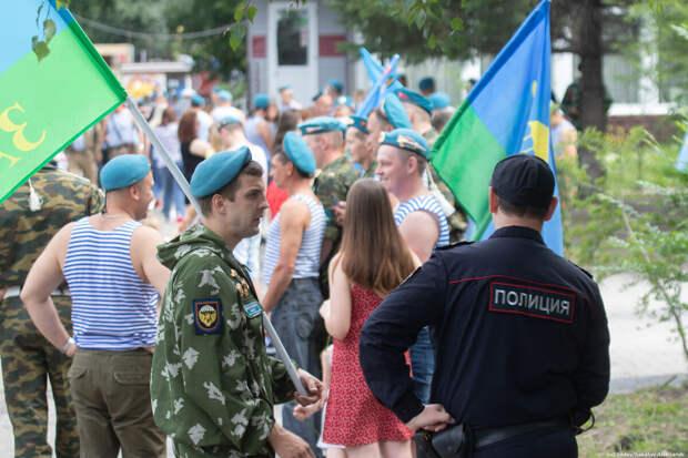 Цветы и флаги: в Томске отметили день ВДВ