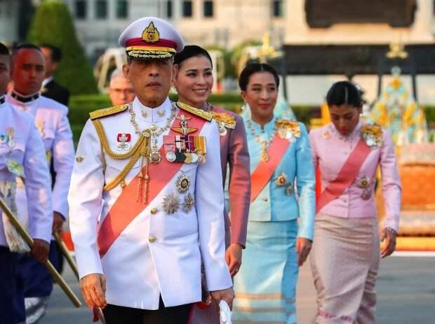 Давайте заглянем вотель, где монарх Тайланда сидит накарантине вместе сгаремом