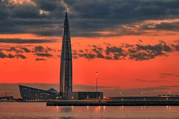 Башню «Лахта-центра» особенно хорошо видно изразных точек города повечерам, когда она светится. Источник: BazzaBoy / Pixabay