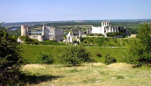 Руины замка Шато-Гайар, в котором произошла жестокая бойня, после проникновения врагов через данцкер. | Фото: LiveInternet.