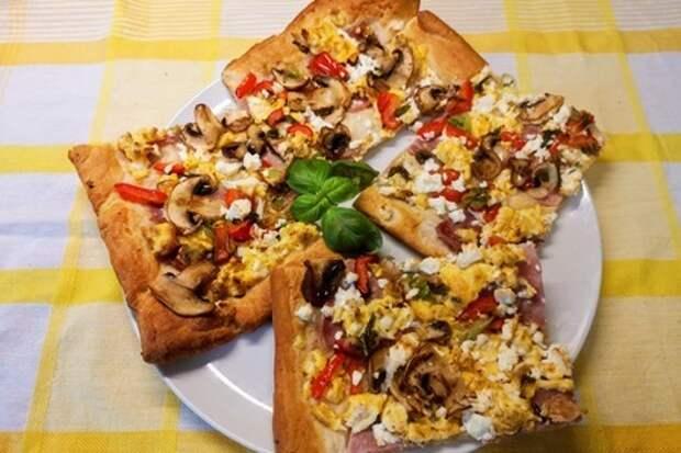 Фото к рецепту: Быстрый закусочный тарт к завтраку (слоено дрожжевое тесто)