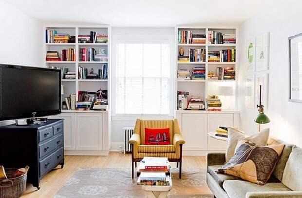 книжные стеллажи по бокам от окна