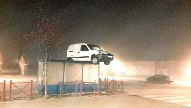 Во Франции на крыше остановки обнаружили авто. Как оно туда попало?