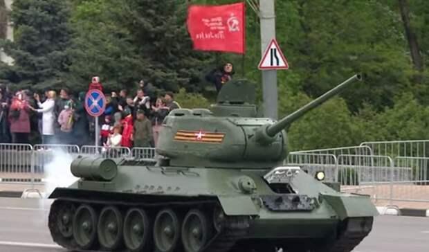 Воевавший в Берлине танк Т-34 открыл парад Победы в Ростове