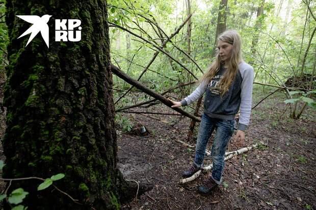Диола показывает, что на прошлом месте жительства в лесу у них был даже забор Фото: Андрей АБРАМОВ