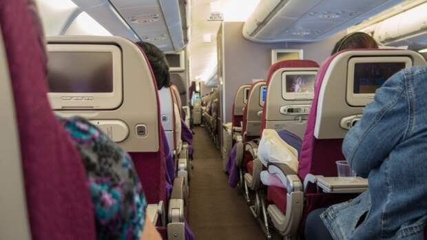 В Британии женщина перед взлетом самолета случайно открыла аварийный выход
