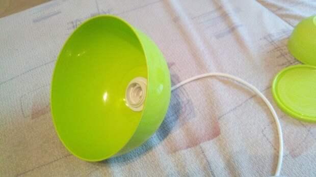 Люстра в тон кухни из двух пластиковых мисок 4