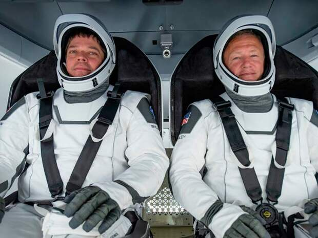 Успешное возвращение первого американского пилотируемого космического полета за многие годы