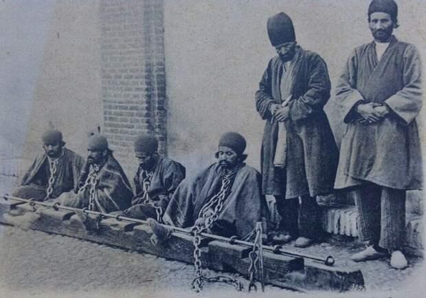 Колодники и палач с ножом Автор фото Антон Васильевич Севрюгин. Иран. 1900-е