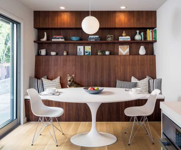 Белоснежная кухонная мебель смотрится очень красиво