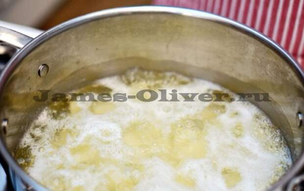 Залить картофель водой и поставить на плиту