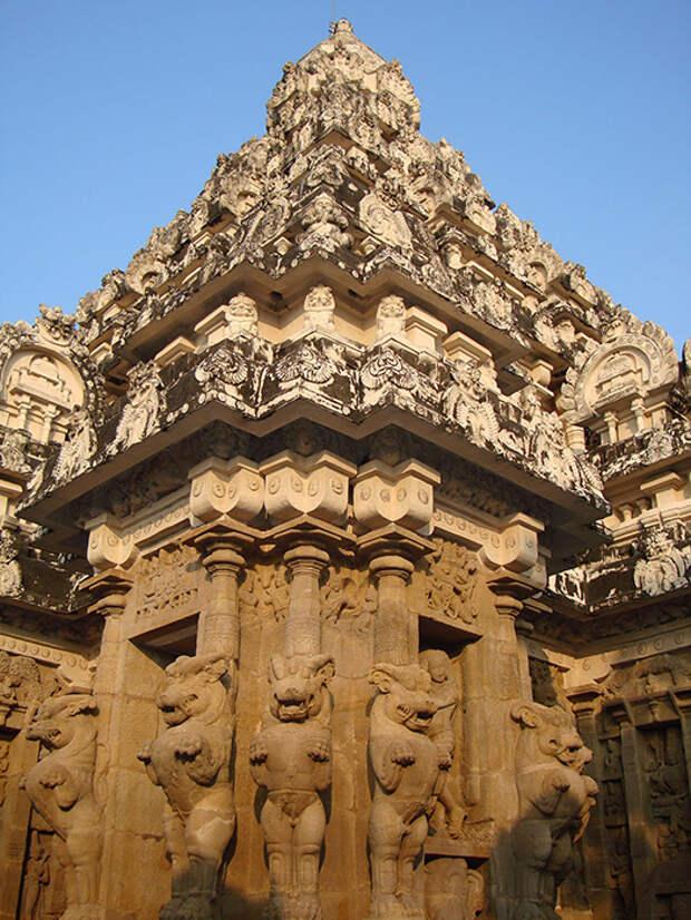 Посетить храм Кайласа просто необходимо, чтобы лично оценить всё его величие.