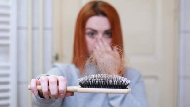 Россиянам объяснили основные причины выпадения волос