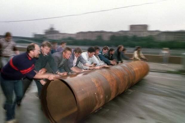 1991 август 19 Строительство баррикады.jpg