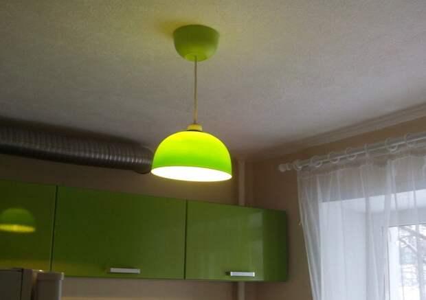Люстра в тон кухни из двух пластиковых мисок 6